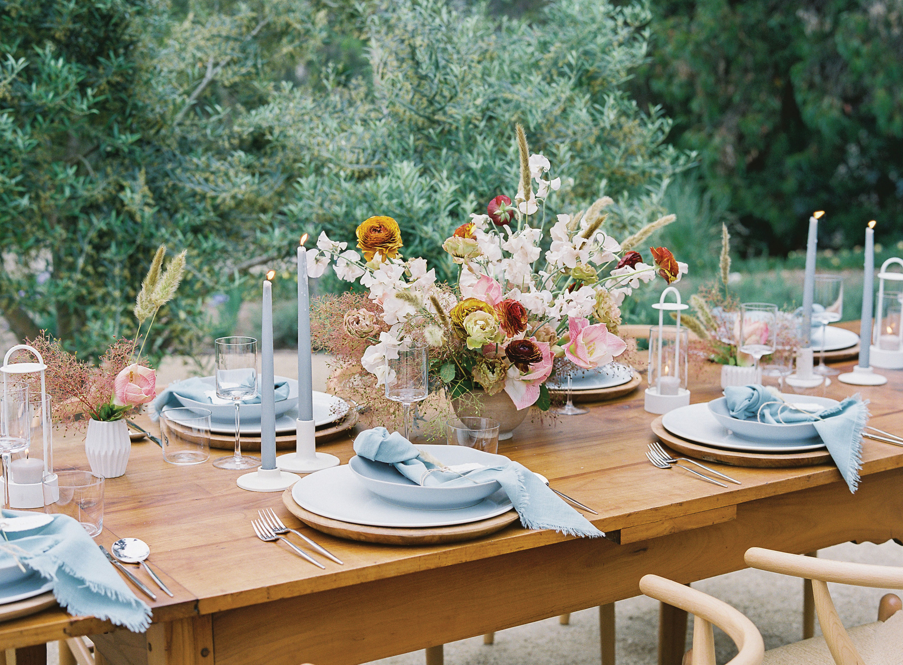 outdoor Thanksgiving tablescape floral centerpiece